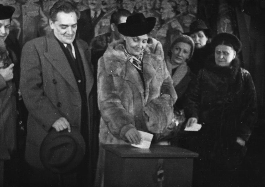 1946.02.11. Народная артистка СССР Н.М.Ужвий голосует на избирательном участке в день выборов в Верховный Совет СССР
