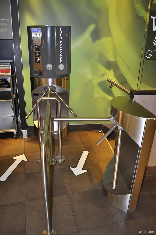 вход в туалет Макдоналдс Прага