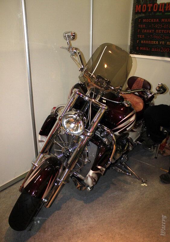 Байк Boss Hoss на стенде мотомастерской «STUNT SERVICE»
