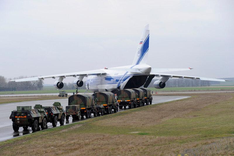 des véhicules (VAB et GBC 180) se préparent à embarquer à bord d'un avion russe Antonov 124 à destination du Mali