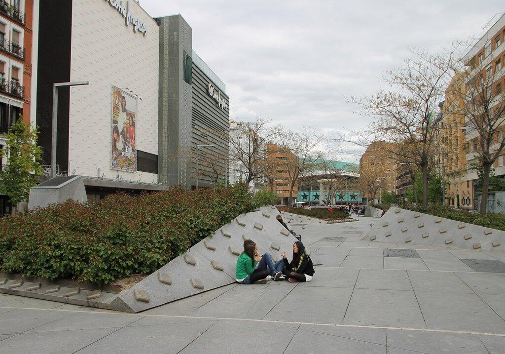 Мадрид.  Площадь Сальвадора Дали. Plaza de Salvador Dali. Madrid