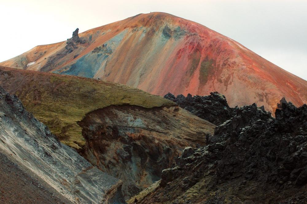 Остывшая лава игорные породы сформировали гипнотический ияркий рисунок, который можно наблюдать с
