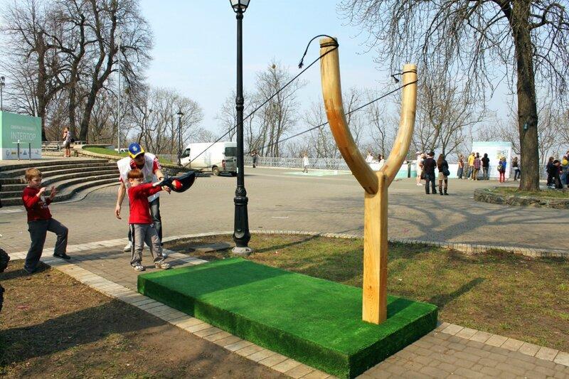 Стрельба из большой рогатки в Мариинском парке