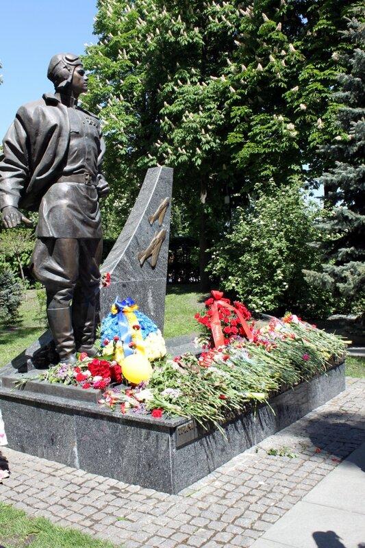 Цветы у памятника Ивану Кожедубу