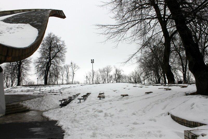 Зрительный зал летней эстрады под снегом