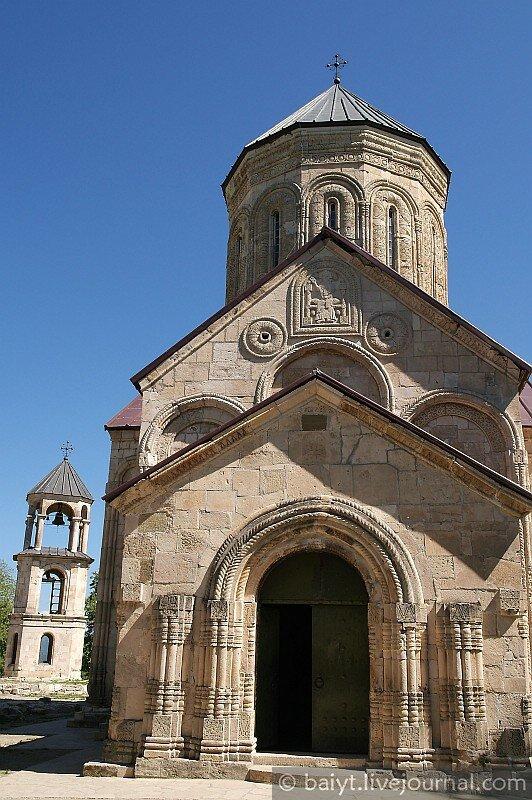 Никорцминда. Фасад церкви и западный притвор