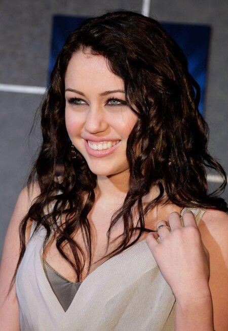 Майли Сайрус и ее красивые прически на длинные волосы