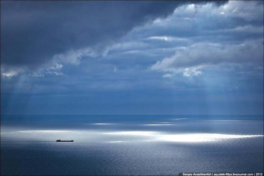Корабль в лучах света