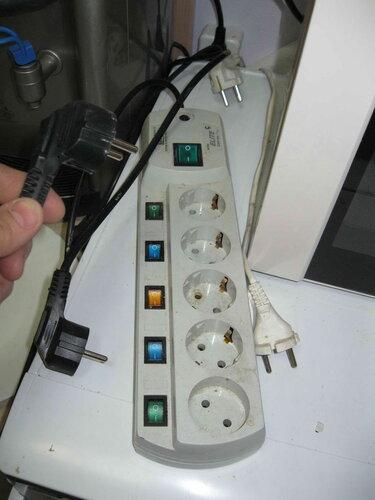Фото 12. Путём подключения кухонных бытовых электроприборов по одному к сетевому фильтру (фактически - к электросети стоматологической клиники) выявляем прибор, в котором происходит утечка тока, провоцирующая срабатывание УЗО.