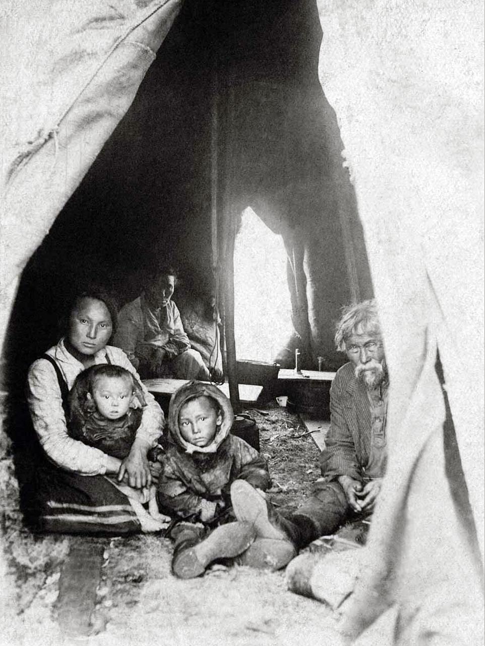 1928. Оленеводы в жаркий летний день под пологом чума. Печорский край