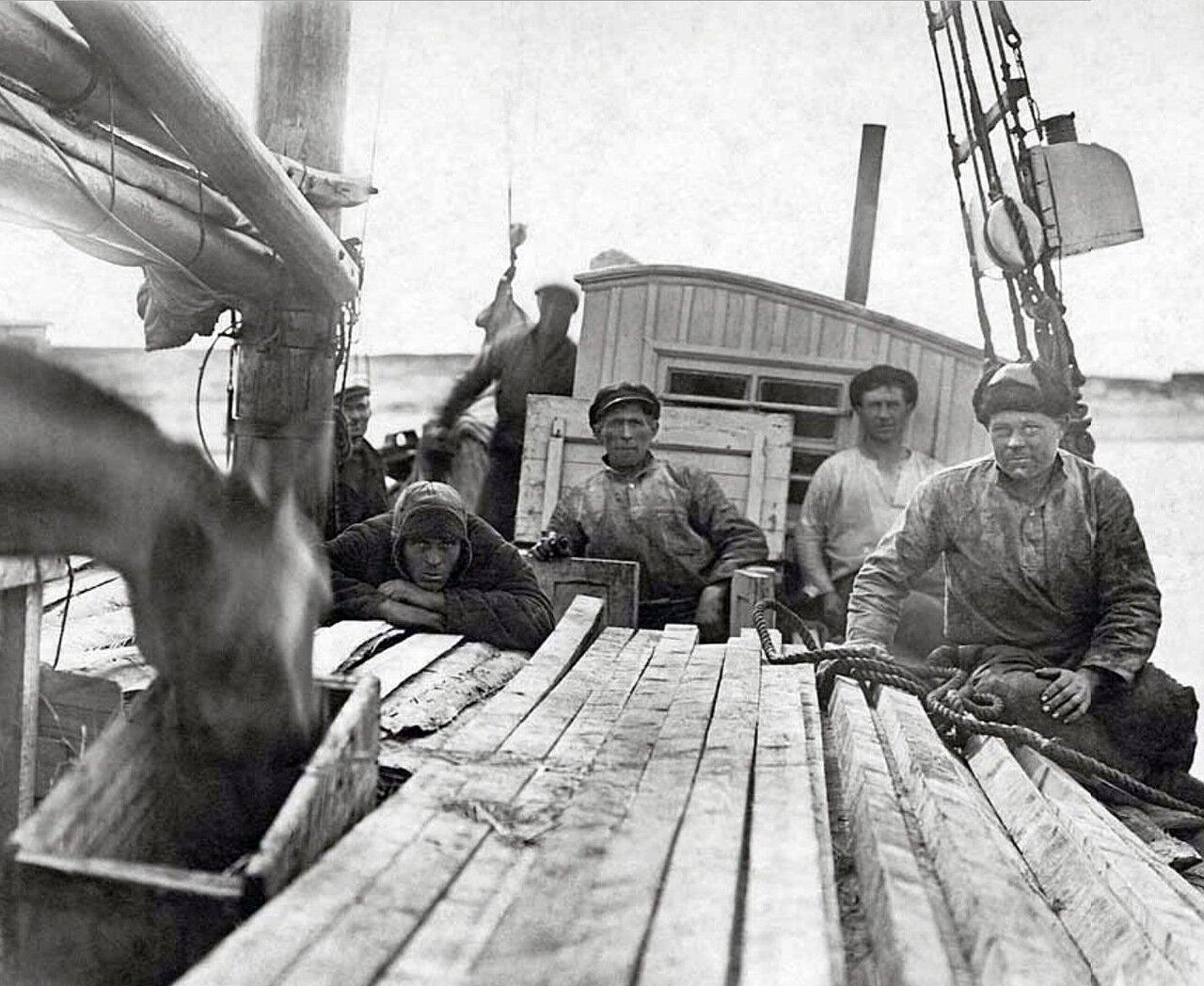 1930-е. Заключенные Вайгачской экспедиции ОГПУ на борту парусно-моторного бота «Вайгач»