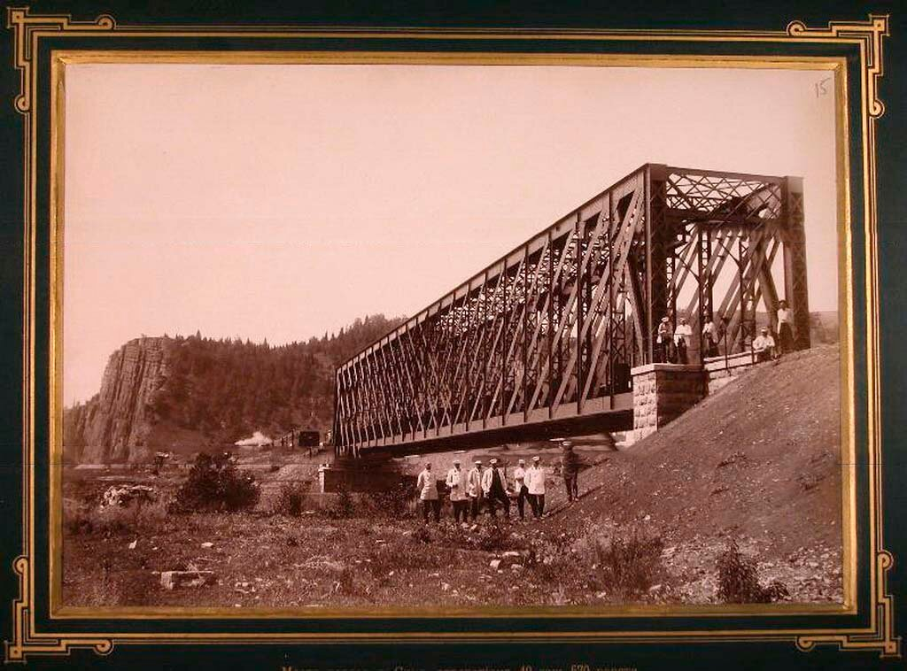 15. Группа [инженеров] у моста через реку Сим