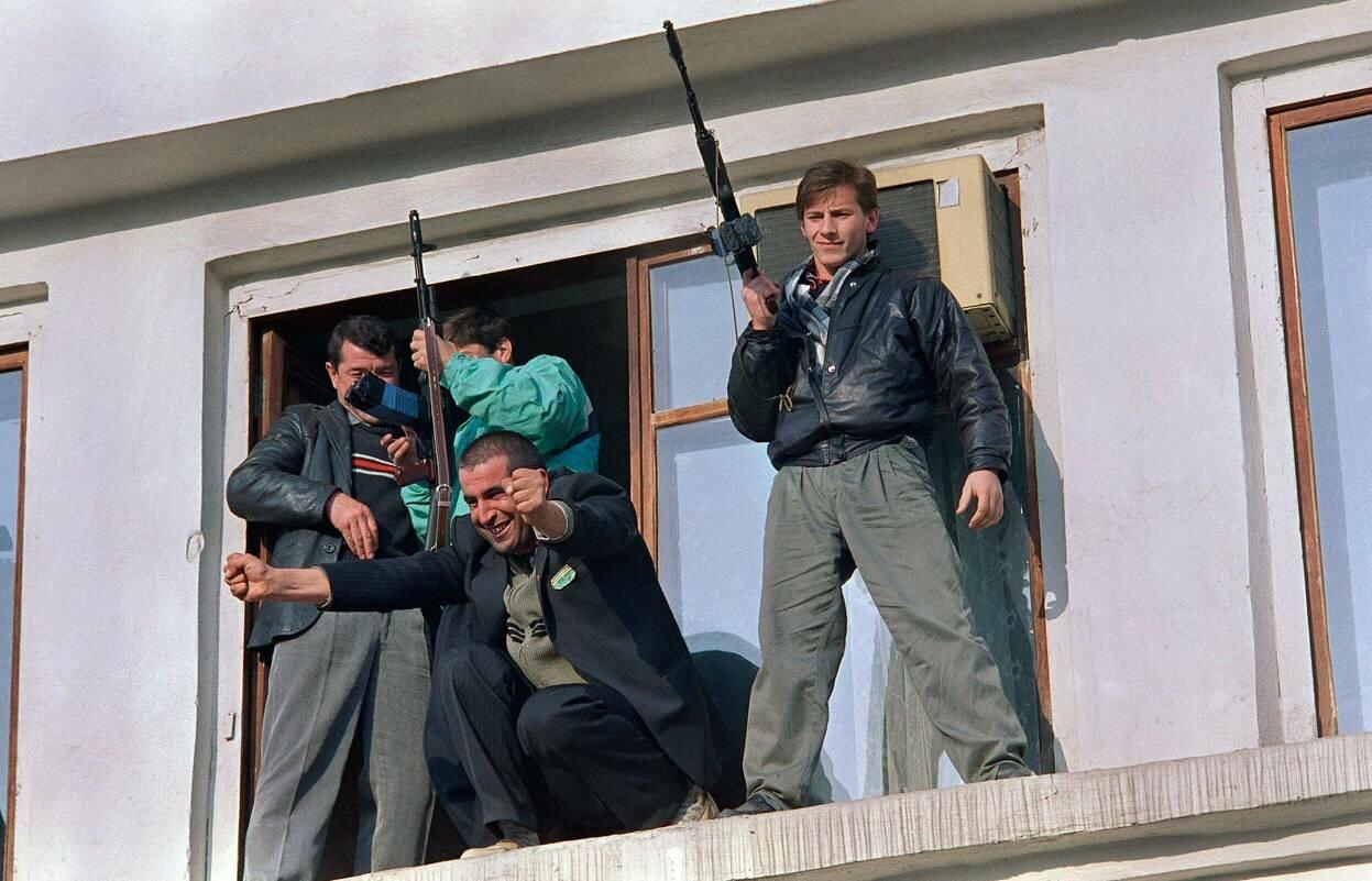 14 ноября 1991. Ликующие чеченские сепаратисты во время митинга в Грозном