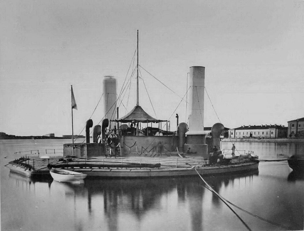 33. Севастополь. Один из первых броненосцев береговой обороны Черноморского флота - артиллерийская плавучая батарея (поповка) Новгород, спущенная на воду 21 мая 1873 г., на причале