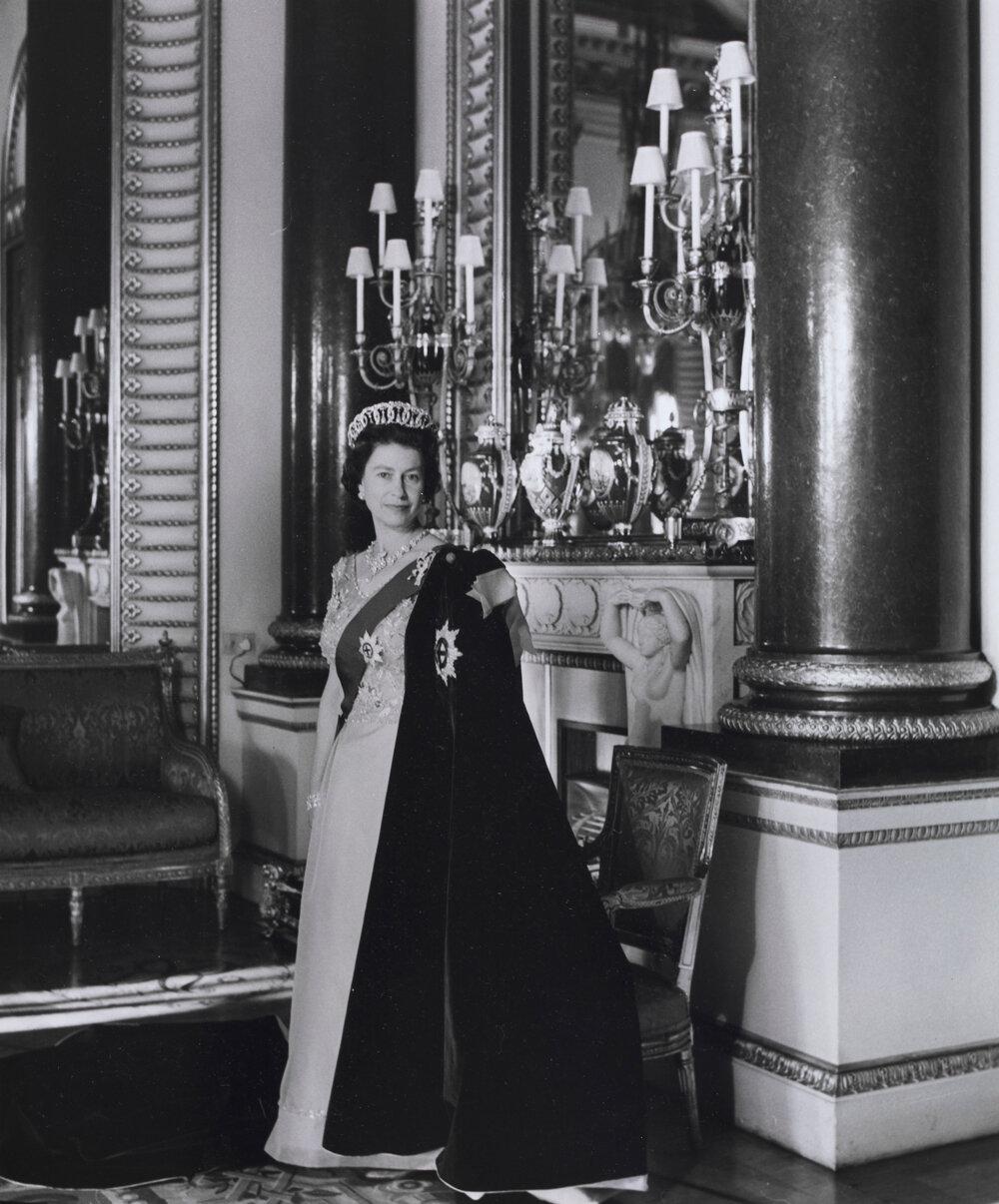 Королева Елизавета II в лентах ордена Подвязки. 1968