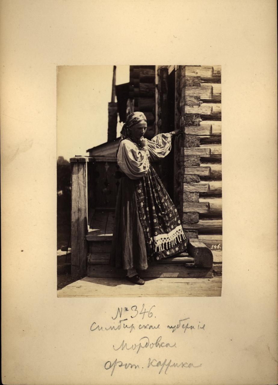 Мордовская девушка у крыльца. Симбирская губерния.1870-е
