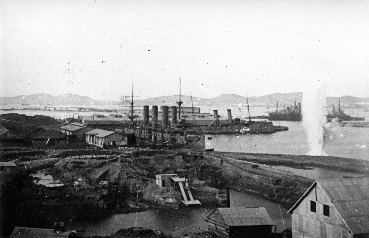 Крейсер Баян и минный заградитель Амур под обстрелом в Порт-Артуре, 1904 год
