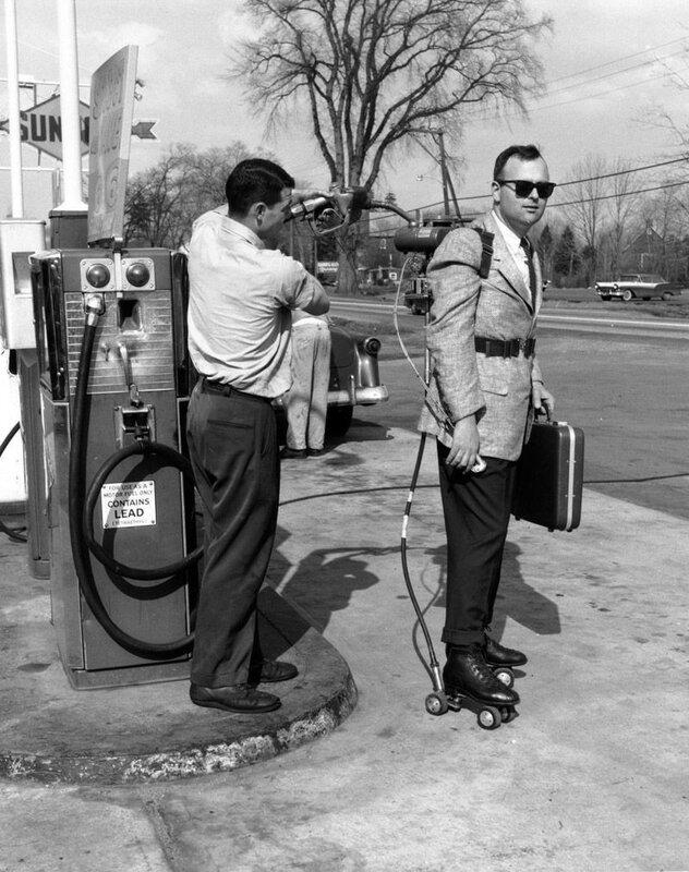 Продавец Майк моторизировал свои роликовые коньки и теперь быстро добирается до работы, 1961 год.jpg