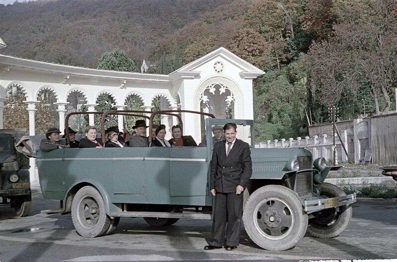 1951 Эксурсанты у коллонады в Гагре.jpg