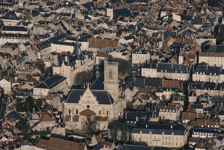 54. Вид на центральную часть французского города Невер, столицы департамента Ньевр. Предлагаем ознак