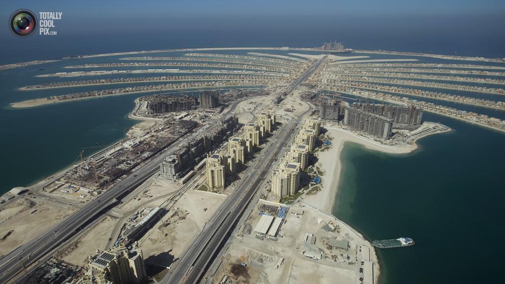 18. Вид на остров Пальма Джумейра в Дубае с завершенными жилыми домами. (REUTERS/Steve Crisp)