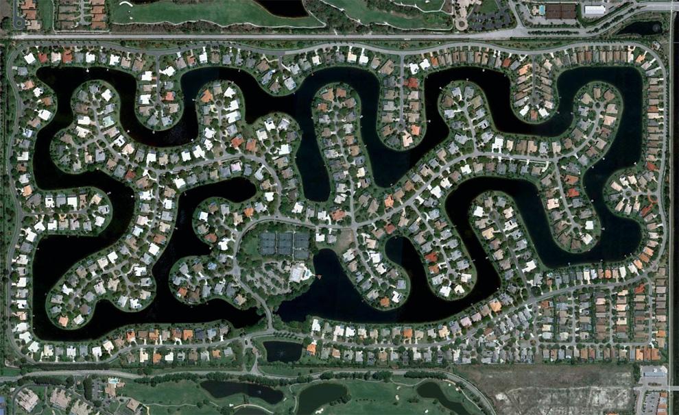 8. Район, застроенный вокруг искусственного озера в юго-восточной части Бонита Спрингс, штат Флорида