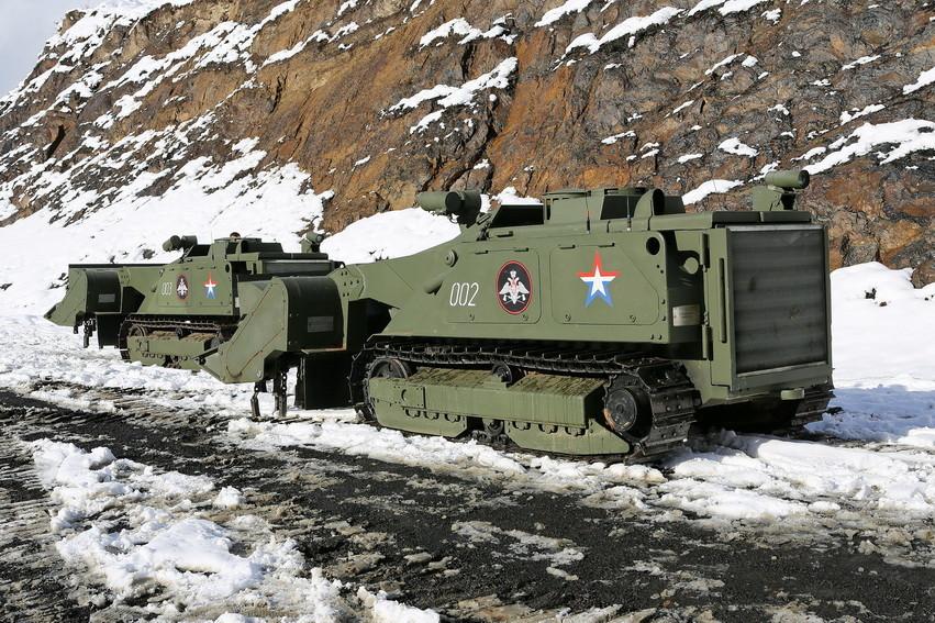 Управление машиной «Уран-6» осуществляется по радиоканалу при помощи пульта. Оператор комплекса расп