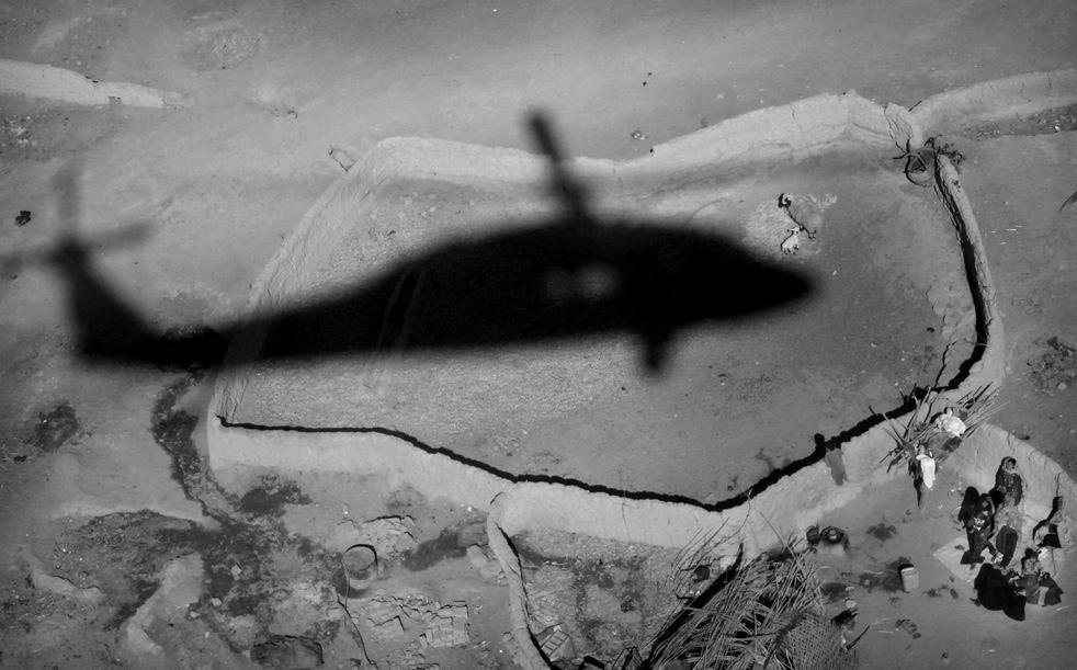 7. Тень приземляющегося вертолета недалеко от Маржаха. (AP / Kevin Frayer)