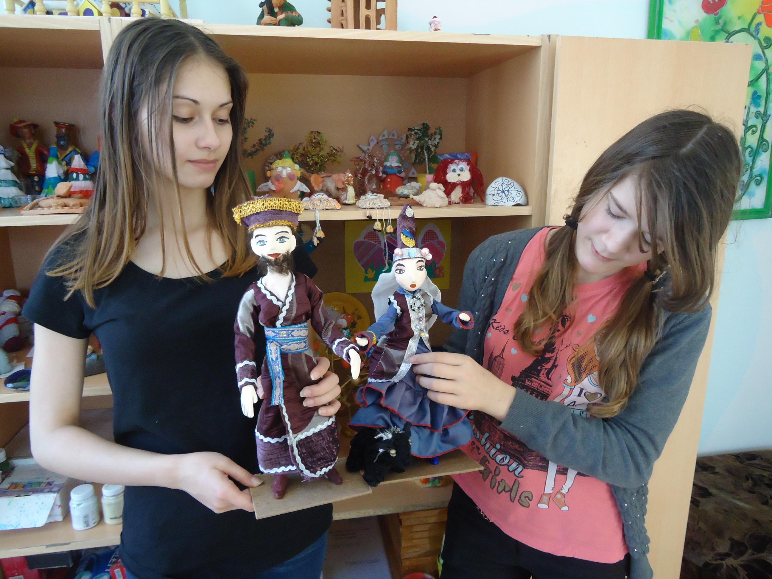 Карина и Алена со своими куклами
