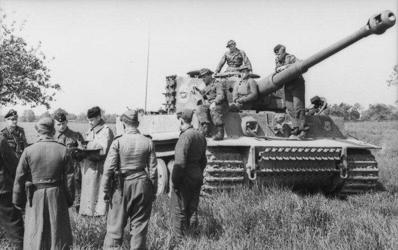 Nordfrankreich, Soldaten vor Panzer VI (Tiger I)