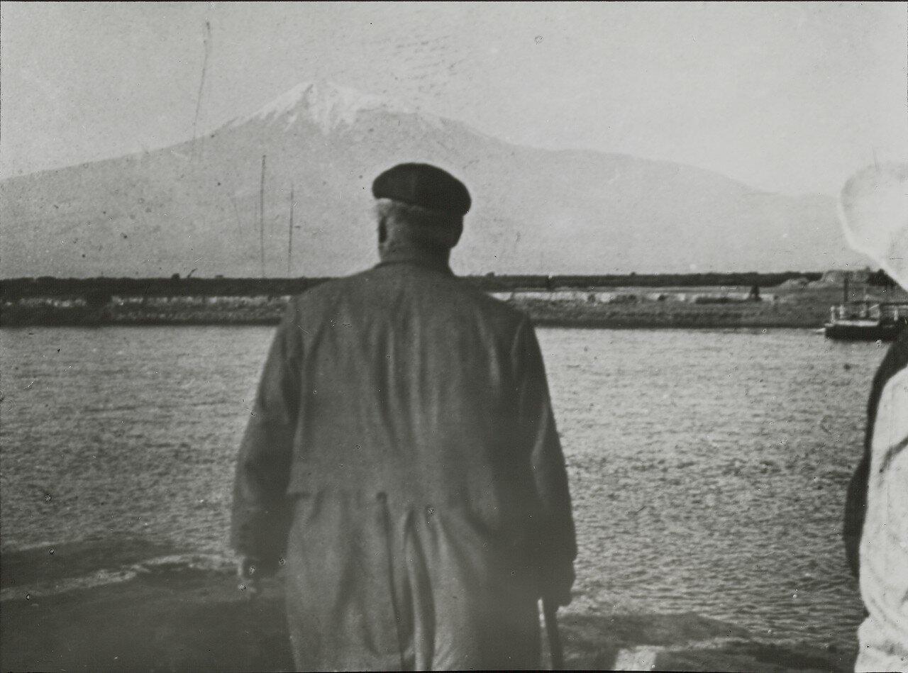 Конрад Келлер смотрит на Арарат с берега Аракса в ожидании парома
