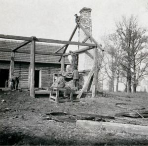 24. 1914. Солдаты разбирают деревянный дом на топливо. Октябрь. Село Ржечица-Длуга, Галиция