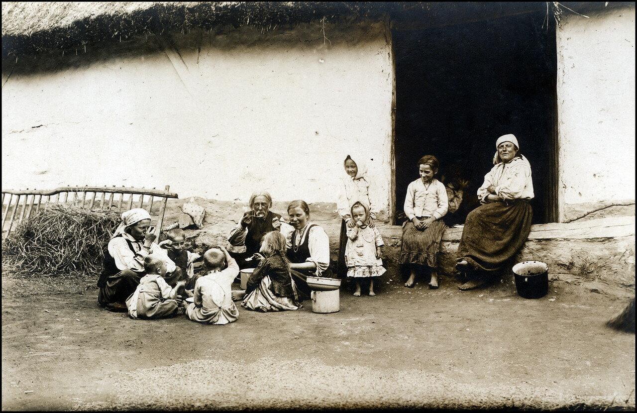 Польская крестьянская семья ест свой хлеб