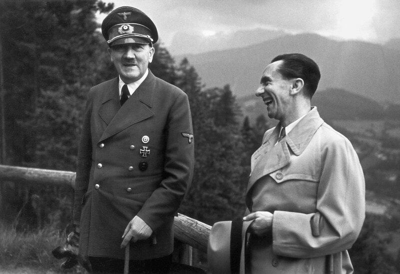 Адольф Гитлер и министр пропаганды Йозеф Геббельс