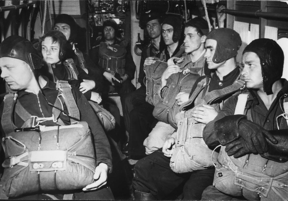 1960-е. Группа парашютистов-киевлян в самолете перед началом прыжков