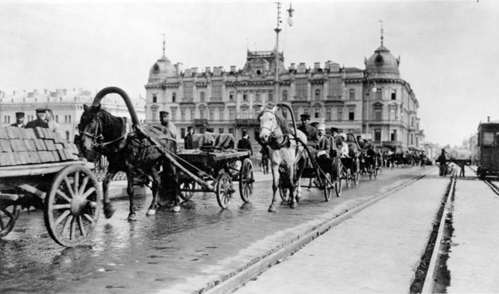 Carriages crossing a bridge over the Moskva River, Moscow, 1909. Photo by Murray Howe