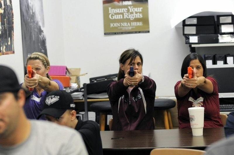 Курсы обращения с огнестрельным оружием для американских учителей.