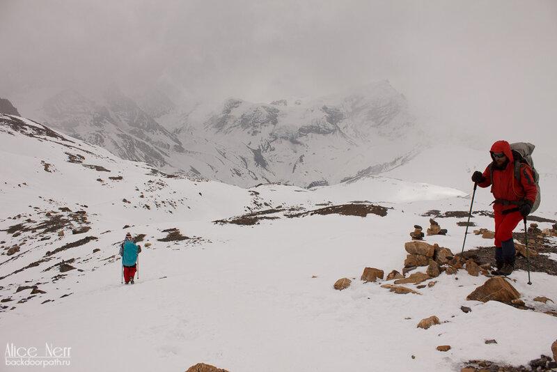 спуск с перевала торонг-ла, непогода в горах, гималаи