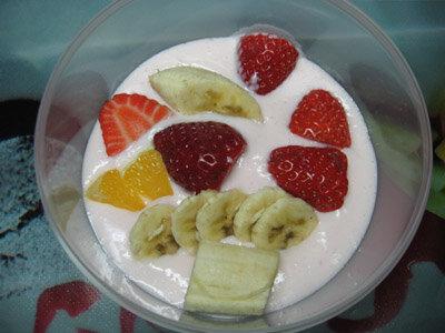 Сметана с желатином и фруктами