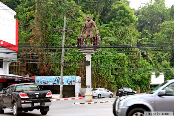 Светофор в виде обезьяны в городе Краби