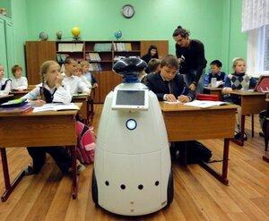 Робот R.BOT-100 на уроке в классе