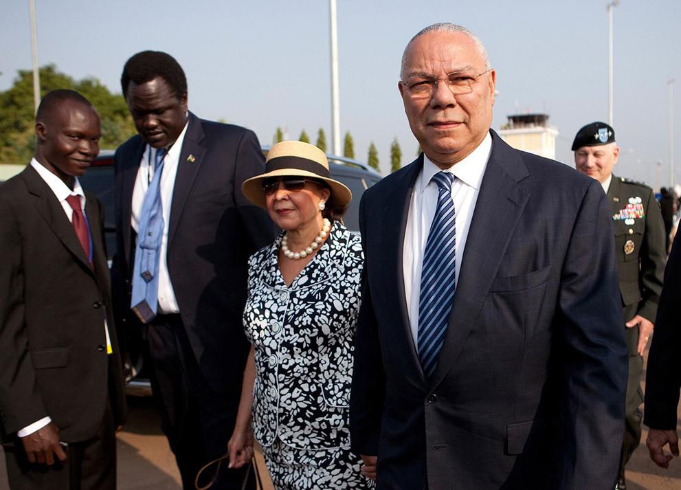 16. Колин Пауэлл прибыл в аэропорт на праздник в Южном Судане. (Reuters/Benedicte Desrus)