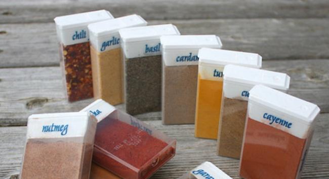 Впустых упаковках отдраже удобно хранить специи ибрать ссобой вдорогу, нерискуя рассыпать. <br