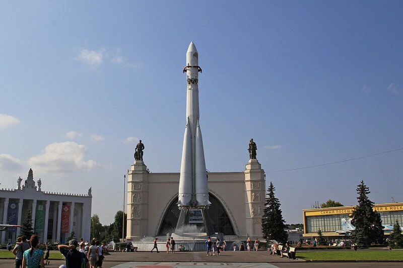 Копия ракеты «Восток» на ВДНХ перед павильоном «Космос»