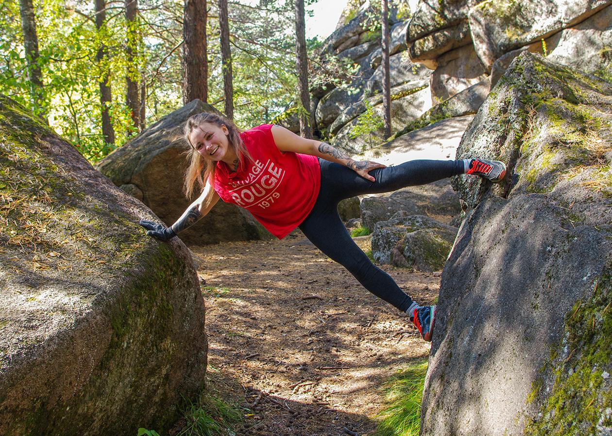 Алёна тренируется перед походом в пещеру