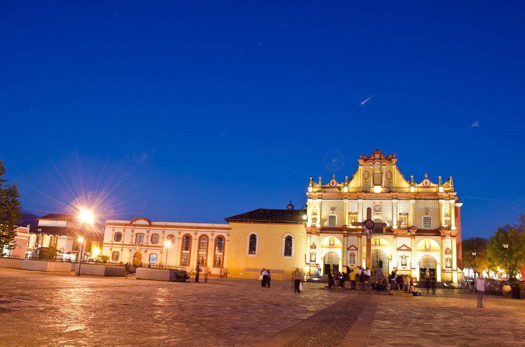 Туры в Мексику. Сокало в Сан Кристобале и соборCatedral de San Cristobal. Построен в 1528 году. Потом разрушен. Восстановлен в 1693 и назван в честь покровителя города Святого Христофора
