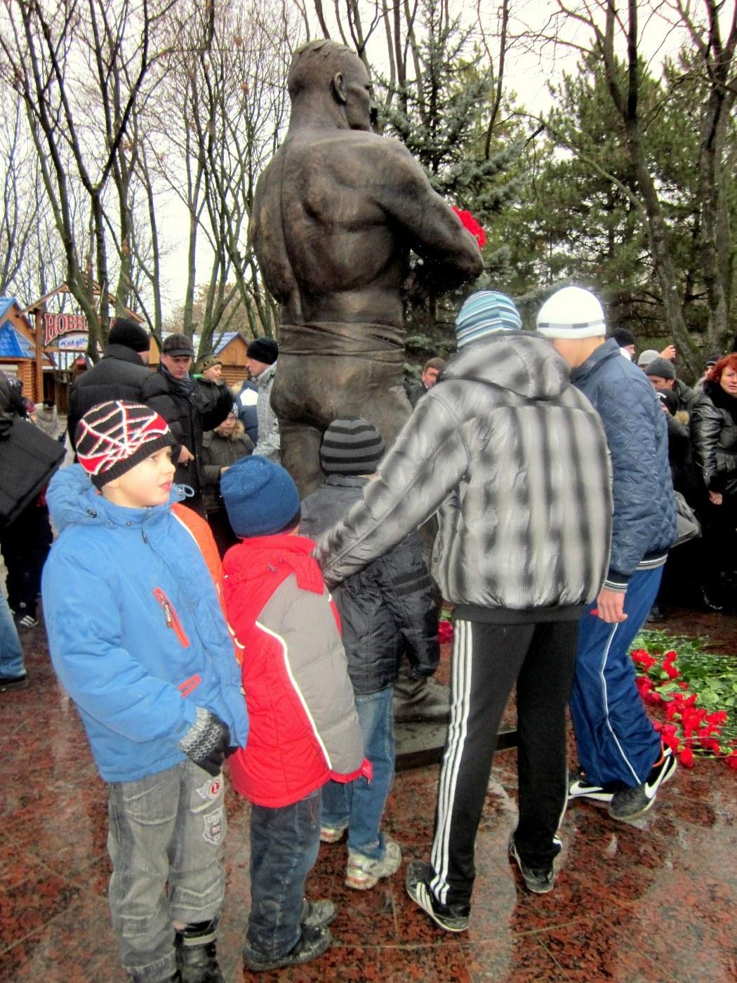 Photos of Svetlana Levada, Eisk, December 2011, a monument to Poddubny