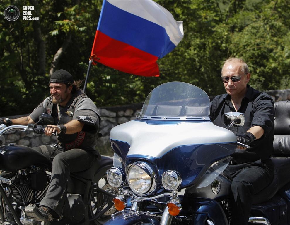 Владимир Путин и Александр Залдостанов во время мотопробега по Крыму, Украина, 24 июля 2009 года