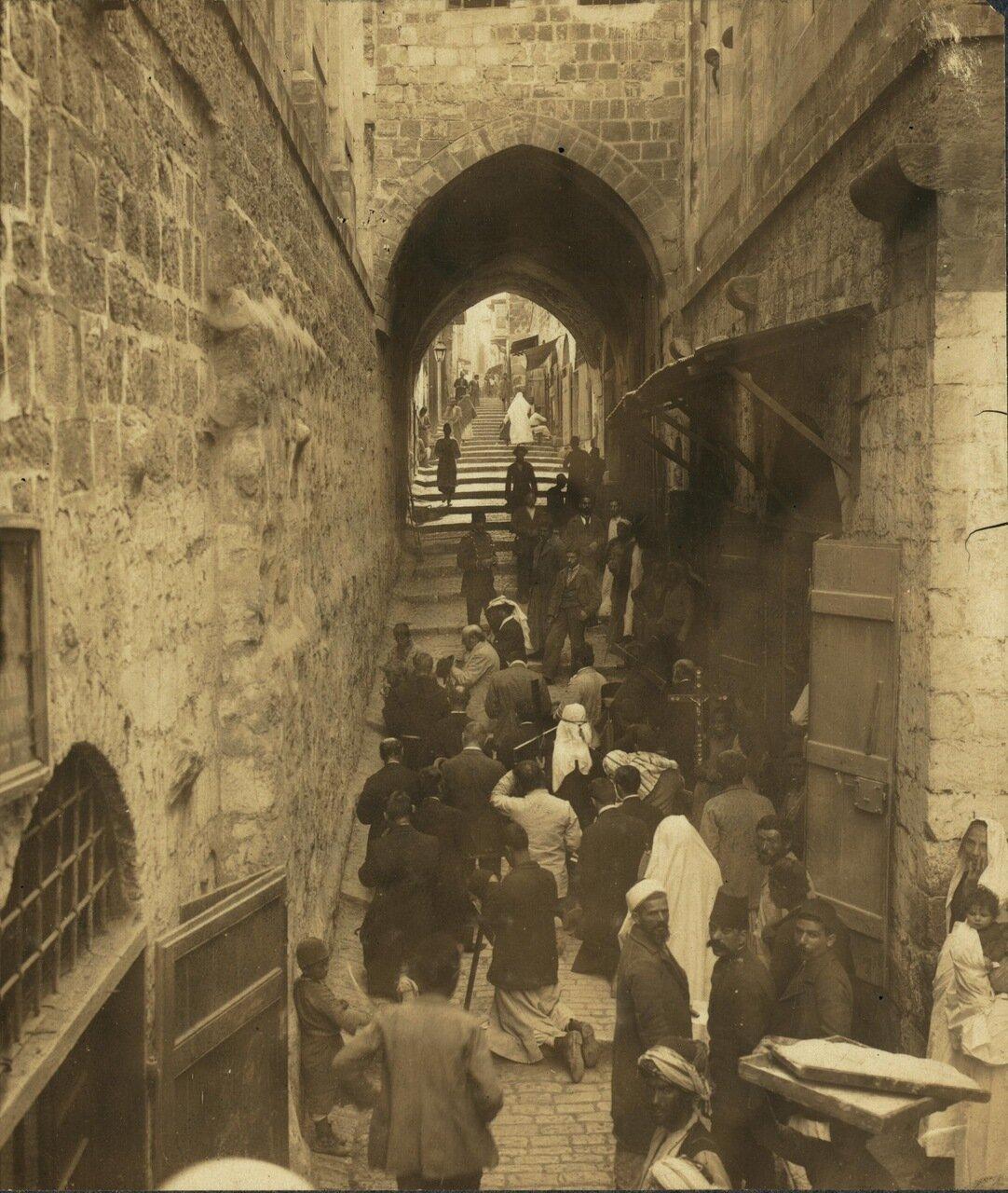 Виа Долороза. Паломники на одной из остановок. Иерусалим. 30 января 1911 г.