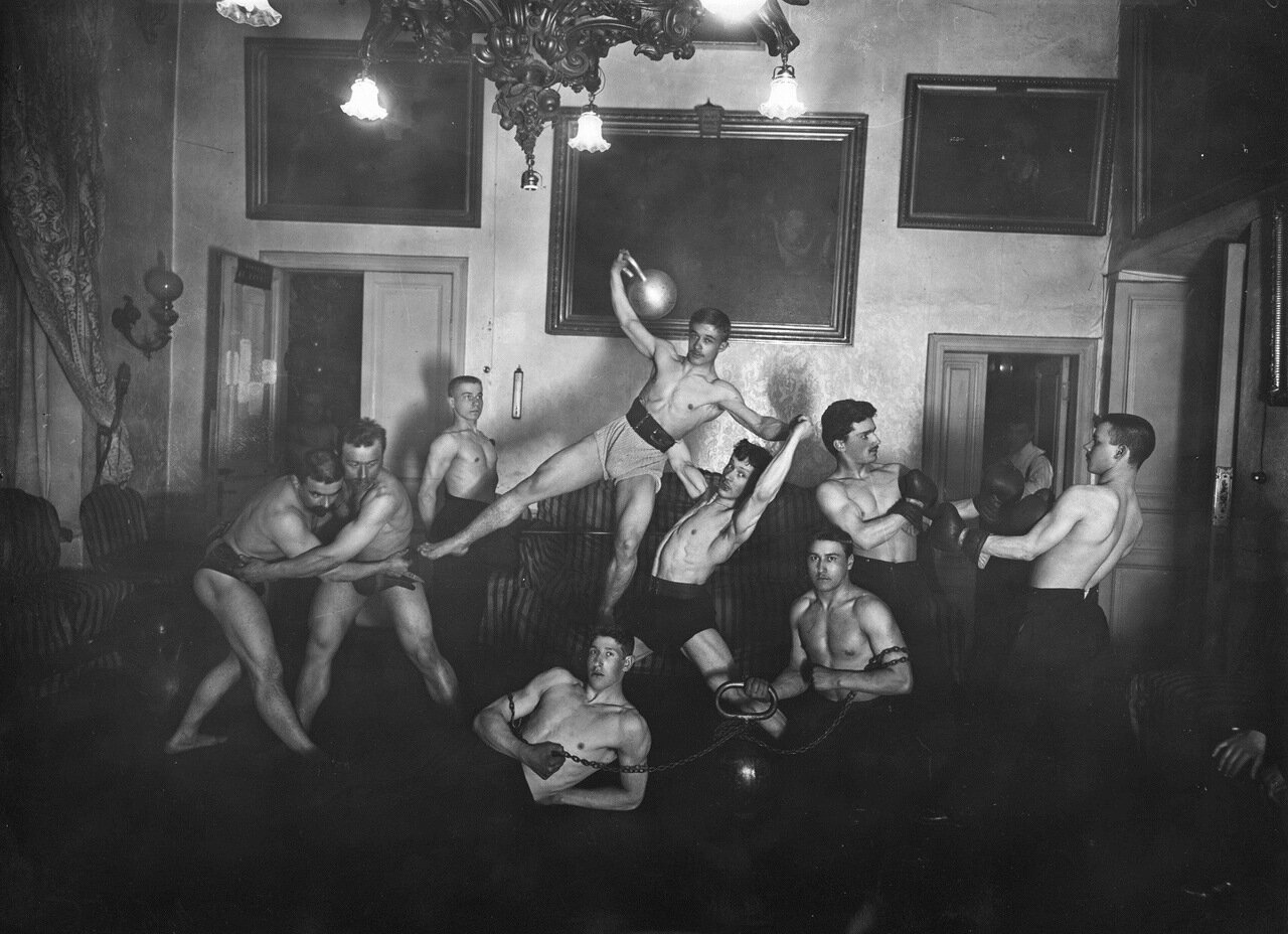 Петербургское атлетическое общество. Поднятие тяжестей.  Петербург, 1905.